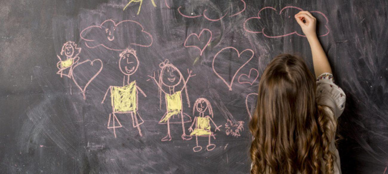 menininha-desenho-familia-ligado-quadro-negro_23-2148092327