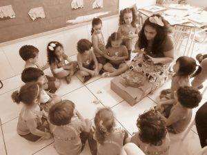 Projeto Teçaya realizando atividades de artes integradas com as crianças